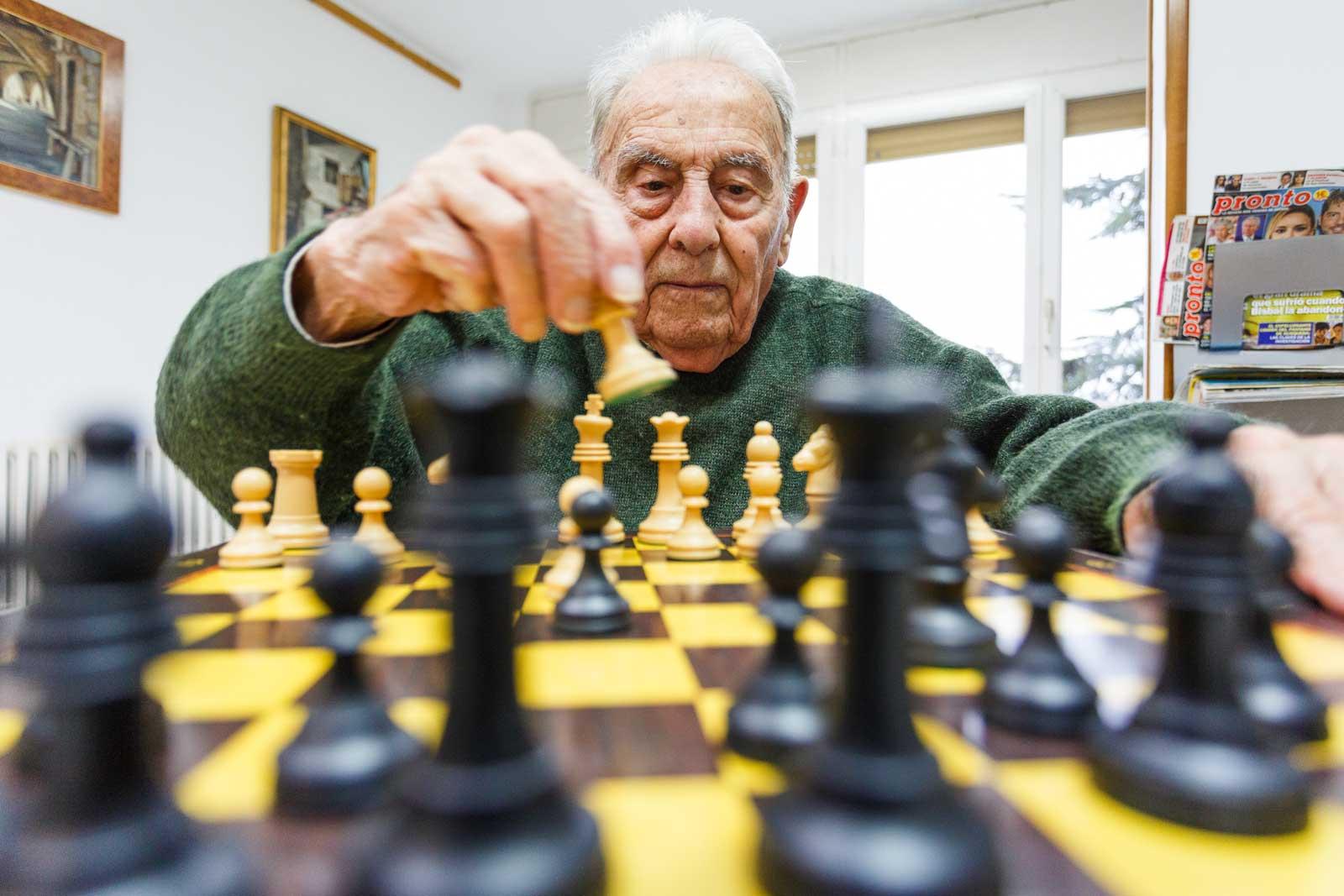Joan Codina, als seus 97 anys, és el jugador més gran de la lliga d'escacs catalana