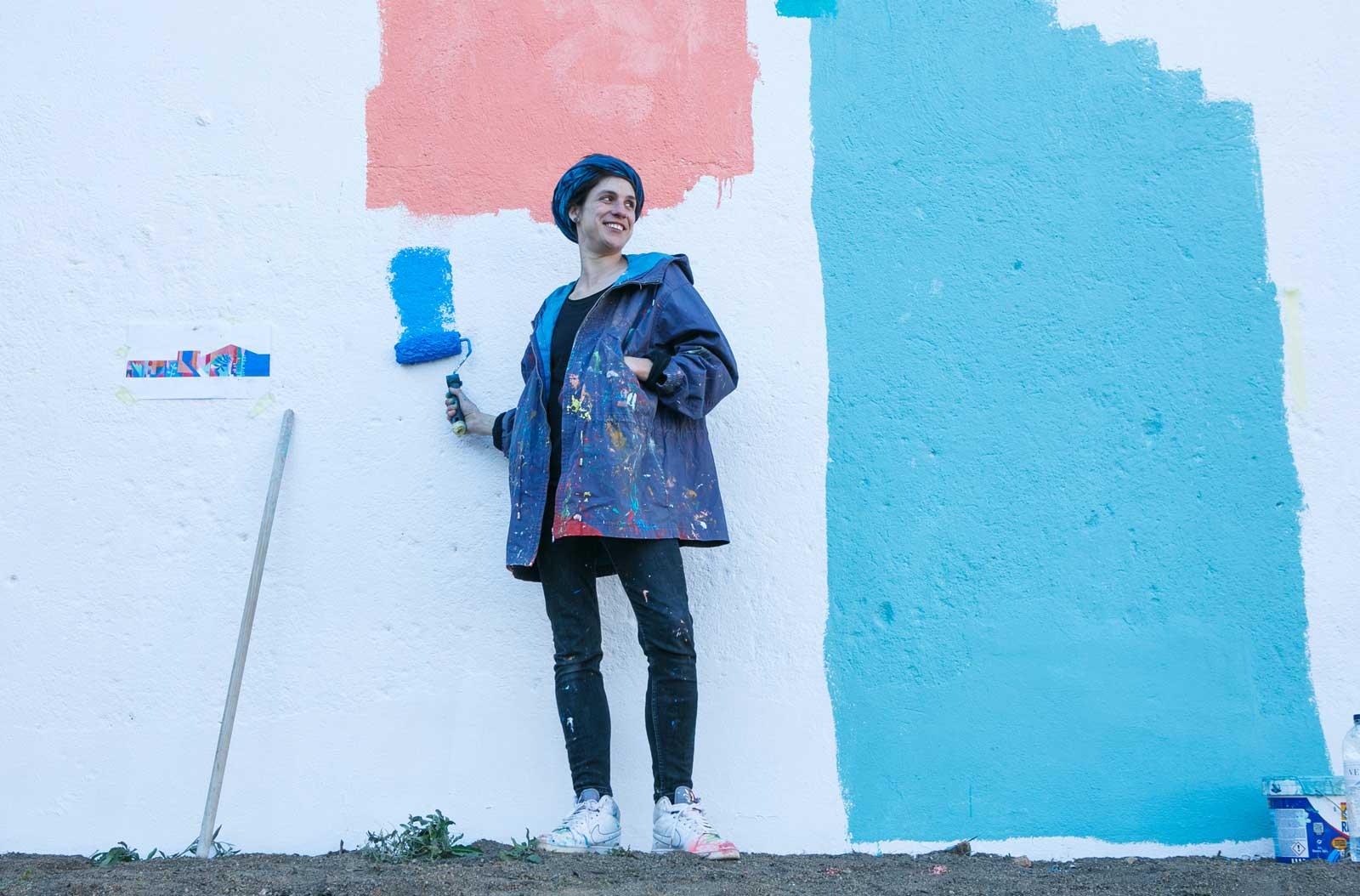 Anna Taratiel ; artista urbana;  pintant una paret a la plaça Llibertat de Castellar del Vallès